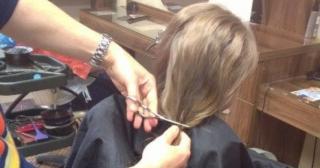 Плевенски фризьор търси дарители на коса за безплатни перуки за онкоболни