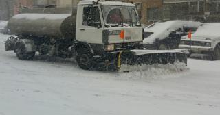 Снегът блокира всички пътища в община Айтос, коли са закъсали край Камено